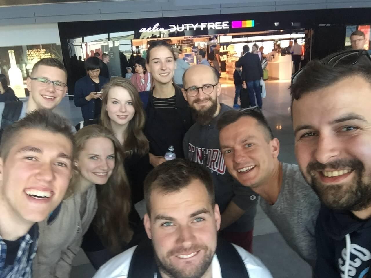 Studenci UTP w Bydgoszczy oraz zespół SHOPY na lotnisku w Warszawie