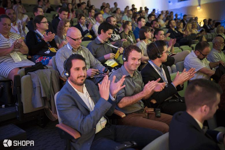 Licznie zgromadzona publiczność stworzyła niesamowitą atmosferę podczas konferencji. • SHOPA
