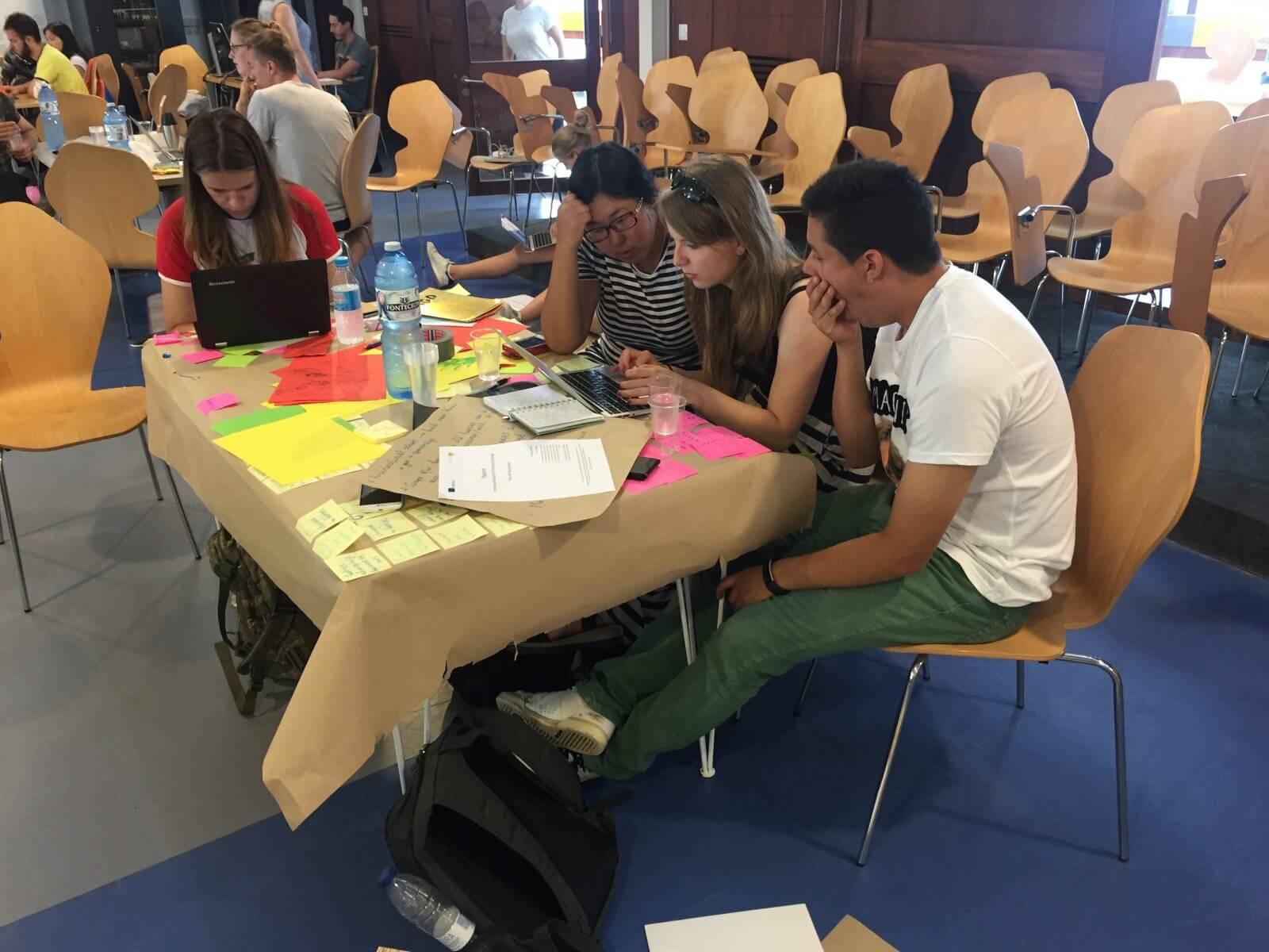 Studenci podczas pracy nad projektem.