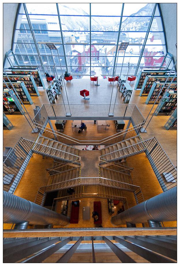 Biblioteka w Tromsø zachwyca nie tylko zewnętrznym wyglądem. • Flickr.com, Kim G. Skytte
